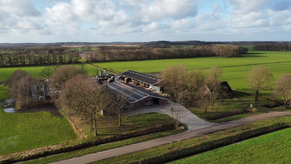 """Het bedrijf van de familie Zeldenrijk: ,,De kavelruil in Boermarke Zeijen is goed op orde, hierdoor liggen de landerijen dicht bij de boerenbedrijven.""""  © De Oostermoer"""