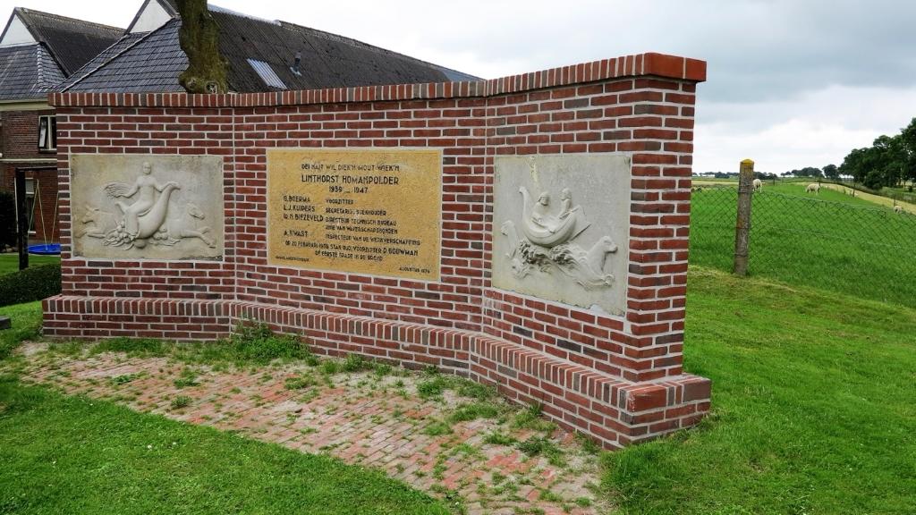 De bestrating bij dit monument verdient meer aandacht, vindt Betaalbaar Water (foto Betaalbaar Water).  © De Ommmelander
