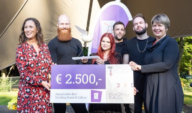 Juryvoorzitter Mieke Damsma (links) en K&C-directeur Marieke Vegt (rechts) reiken de prijs uit aan enkele leden van Blackbriar. (foto K&C)  © De Schakel
