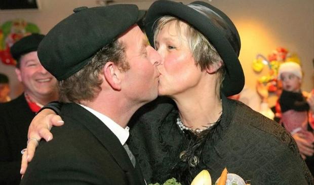 De bruiloft van boer Ad van Duijnhoven met boerin Monique van de Hurk.