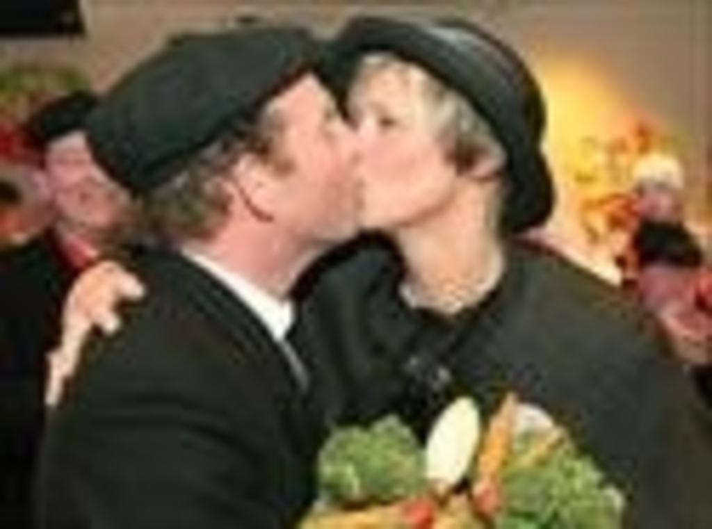 De bruiloft van boer Ad van Duijnhoven met boerin Monique van de Hurk. Foto:  © mooibernheze