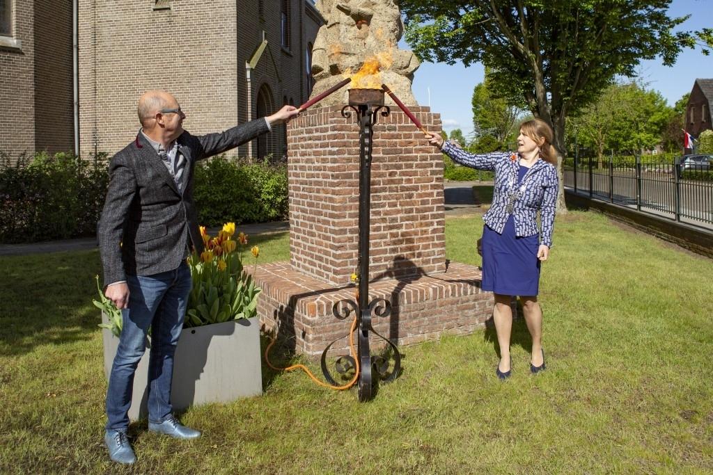 Bernheze - Ontsteken bevrijdingsvuur  Foto: Marcel van der Steen © mooibernheze