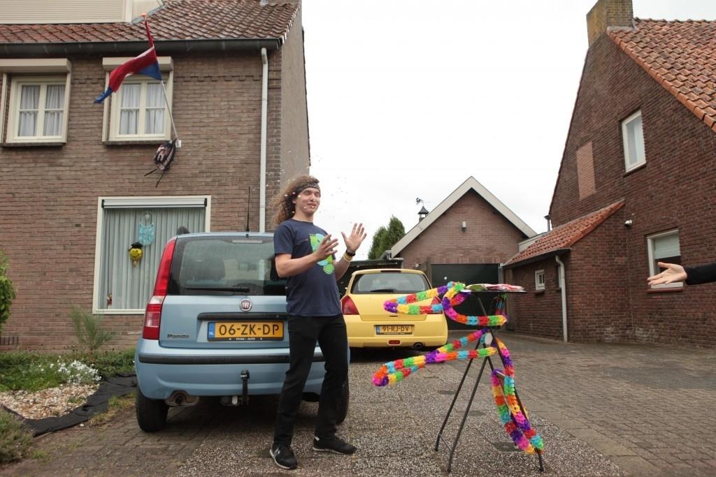Bernheze - Persoonlijke overhandiging cijferlijst en geslaagde vlag Gymnasium Bernrode Foto: Marcel van der Steen & Guus van der Valk © mooibernheze