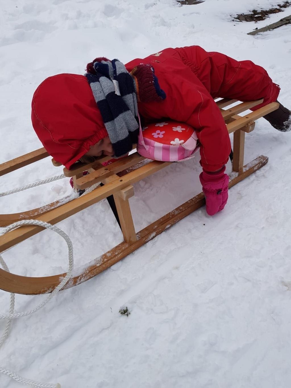 <p>Het kleinkind van net drie jaar is in slaap gevallen op de slee. Sneeuw werkt duidelijk ontspannend. </p> <p>Foto: Anke van Rijswijk</p> © mooibernheze