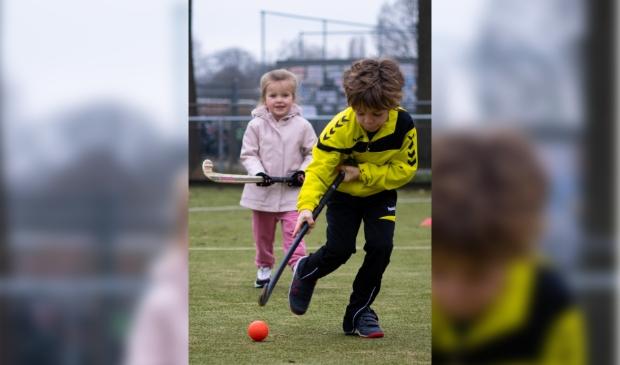 Kabouterhockey; speels hockeyen voor jongens en meisjes.