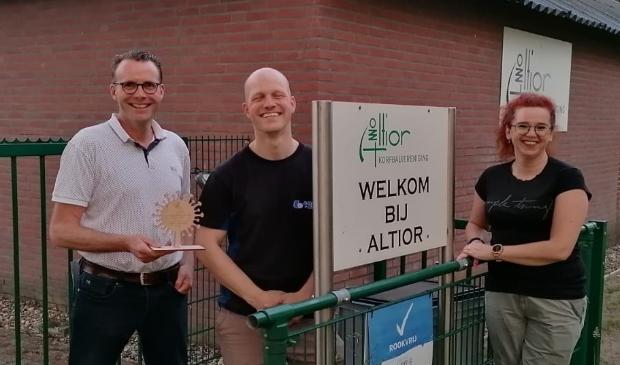 Francis - voorzitter Altior - heeft het aandenken ontvangen van Mark en Danny van BC Argus.