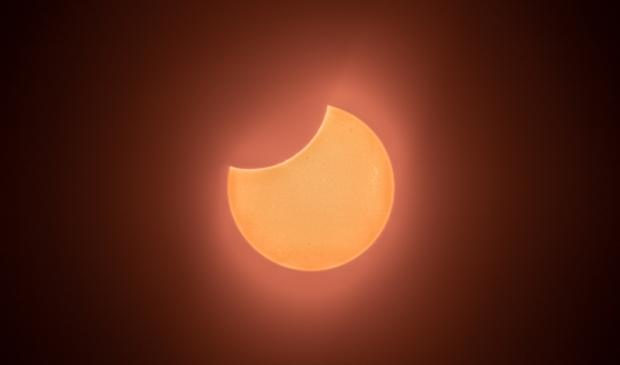 <p><em>De eclips is maximaal</em> </p>