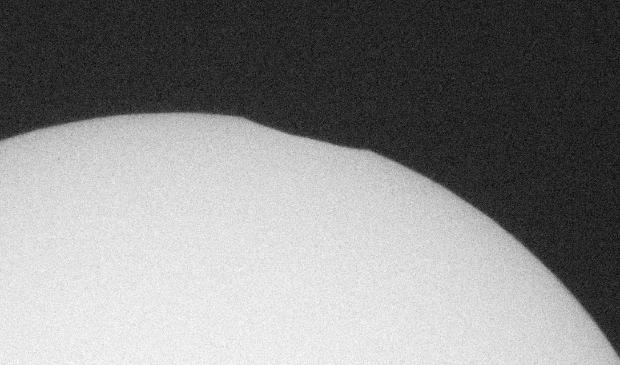 <em>De verduistering begint met een klein &lsquo;deukje&rsquo; in de rand van de zon&nbsp;</em> <br><br> Sterrenwacht Halley © mooibernheze