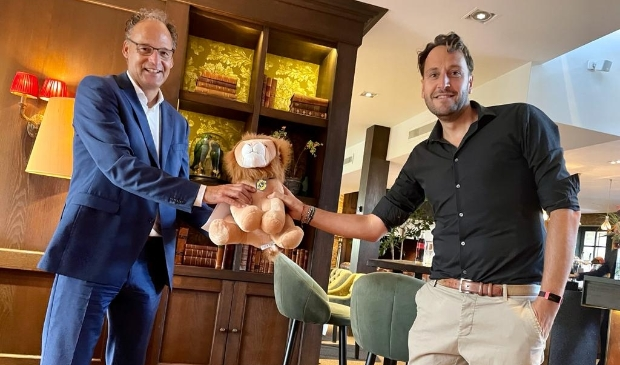 Marcel Arts (The Duke) ontvangt de Lion uit handen van Lions President Sjon Reijers