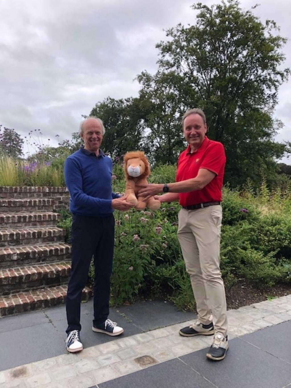 Peter van Tilburg ontvangt de Lion van Wim Bens  © mooibernheze