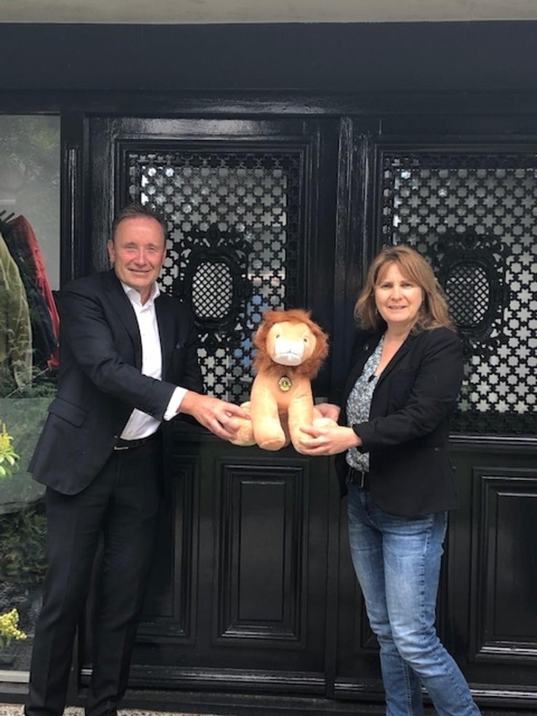 Wim Bens overrhangt de Lion aan Burgemeester Marieke Moorman  © mooibernheze