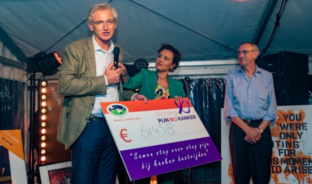 De cheque werd overhandigd. (Foto: admprofoto.nl)