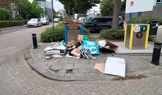 <p>De rommel bij de afvalbak. (Foto: aangeleverd)</p>