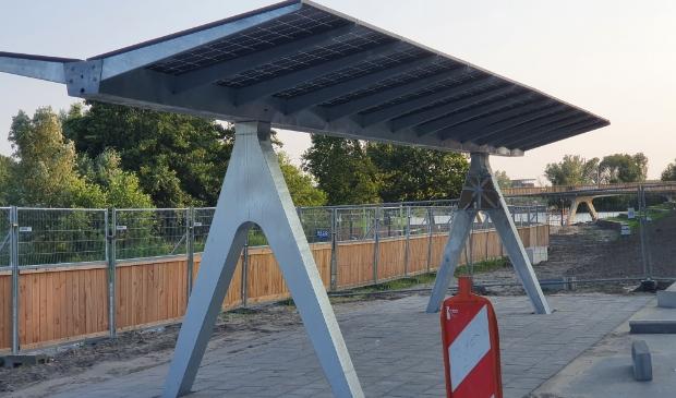 De pergola met zonnepanelen bij het Lumièrestrand. (Foto: Almere DEZE WEEK)
