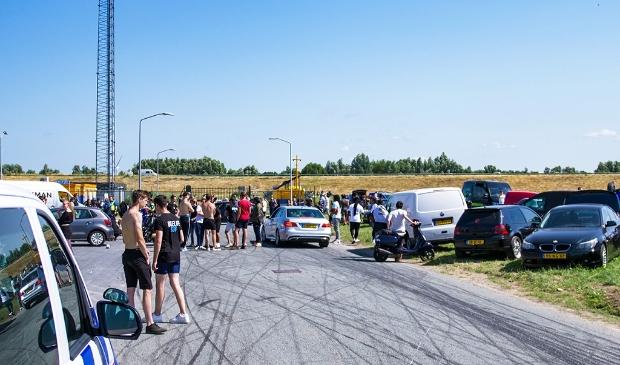 Na een oproep van de politie, vertrok de groep. (Foto: HV Almere)
