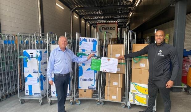 De goederen zijn klaar om vervoerd te worden naar Suriname. (Foto: aangeleverd)