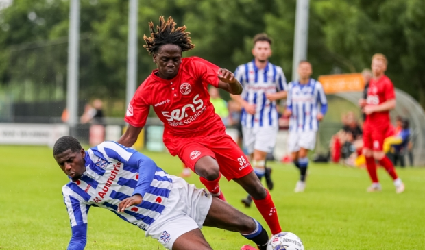 Marcelencio Esajas in actie voor Almere City. (Foto: Digishotspro)