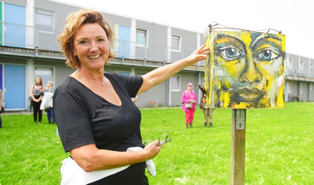 <p>Het Odeonpark is nu ook natuurkunstpark. Kunstenares Gerrie Ruijs toont haar werk. (Foto: Fred Rotgans)</p>