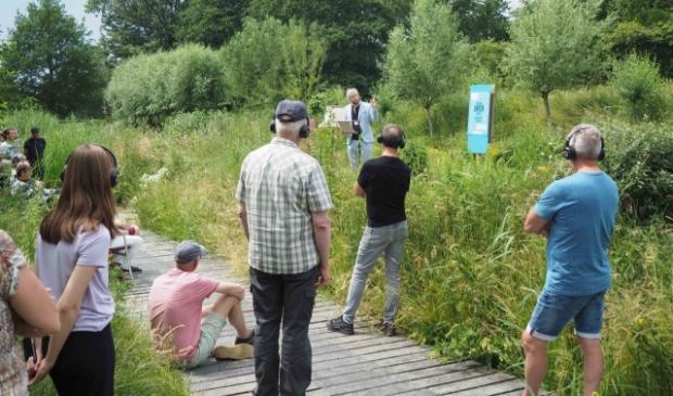 <p>Schrijver Bram Koedam vertelde korte verhalen in De Velden. (Foto: Almere DEZE WEEK)</p>