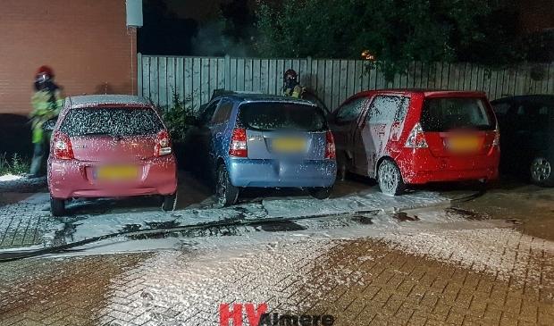 De auto's stonden dicht bij elkaar geparkeerd. (Foto: HV Almere)