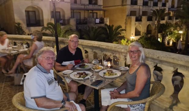 Het echtpaar De Wit op Malta met het in het midden Eric de Haan. (Foto: aangeleverd)