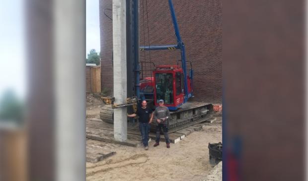<p>Bouwer John van den Bovenkamp en projectontwikkelaar Robert Oostmeijer bij het slaan van de eerste paal. (Foto: aangeleverd)</p>