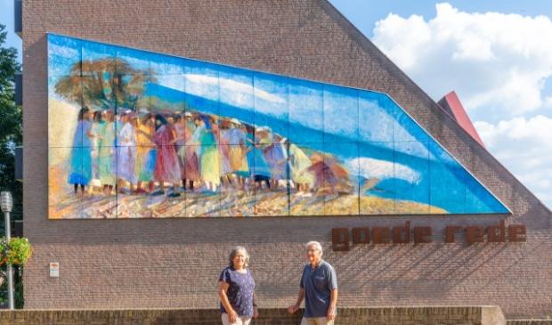 <p>Herman en Ambro Schroten zijn Kunstambassadeurs van de muurschildering op de kerk Goede Rede. (Foto: Mark Wiechmann)</p>