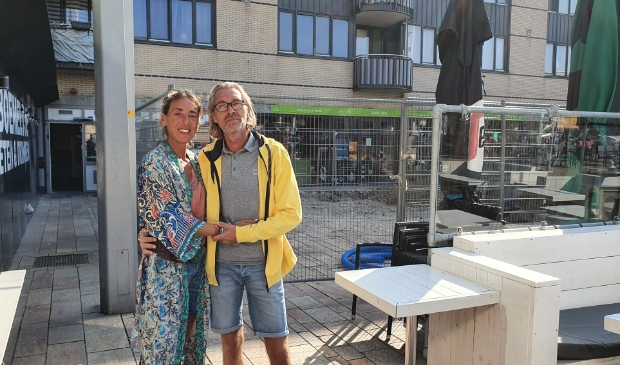 <p>Amel en Bas Brandenburg voor de hekken op de plek van hun terras. &lsquo;Ik ben echt gebroken&rsquo;. (Foto: Almere Zaken)</p>