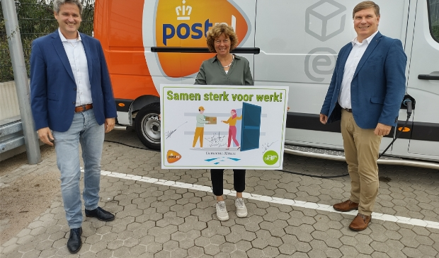 Vlnr: Derk Jan Adelerhof (PostNL), Froukje de Jonge en Ivo Korte (Tomingroep) (Foto: aangeleverd)