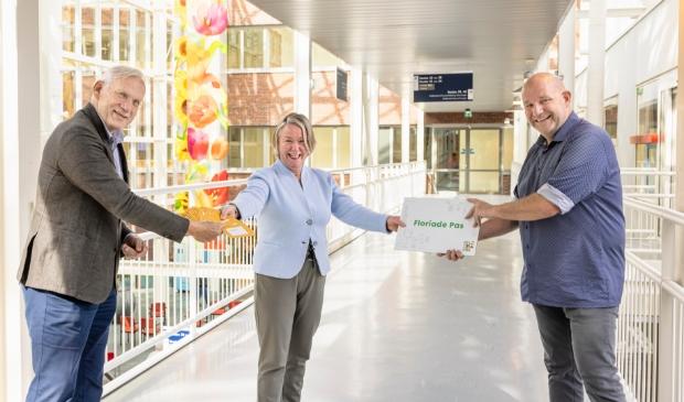 <p>Hans Bakker (algemeen directeur Floriade Expo 2022) en wethouder Jan Hoek reikten de eerste Floriade Passen uit aan Anita Arts van het Flevoziekenhuis. (Foto: Feenstra Fotografie)</p>