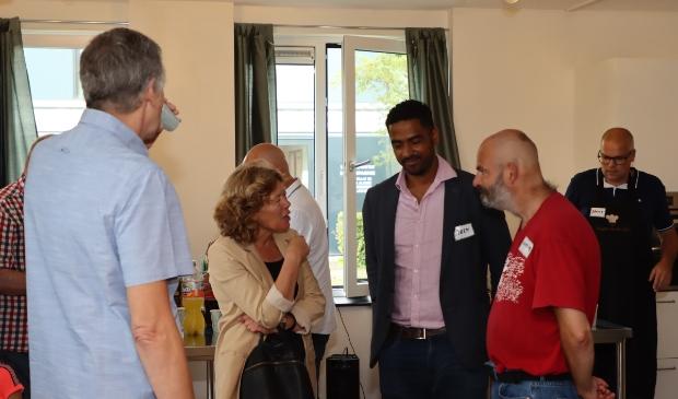 Wethouder De Jonge en voorzitter Soetekouw in gesprek met bewoners. Rechts medewerker Danny. (Foto: Studio Rotgans/Rinus Lettinck)