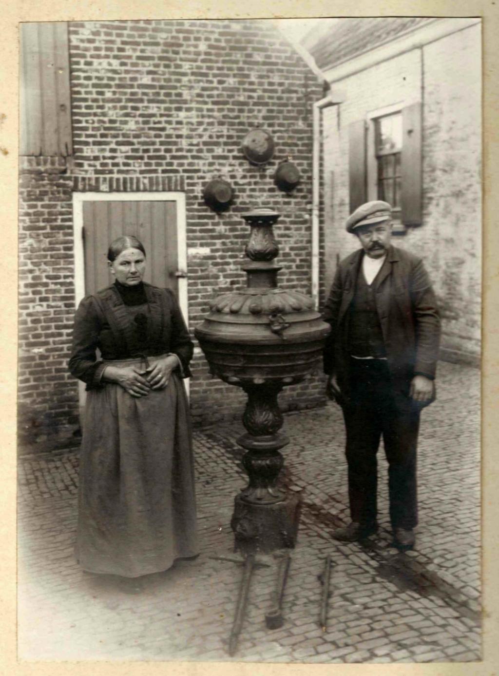 Marijn van de Rijzen en zijn echtgenote honderd jaar geleden met de opgegraven doopvont. Foto:  © Minerve Pers