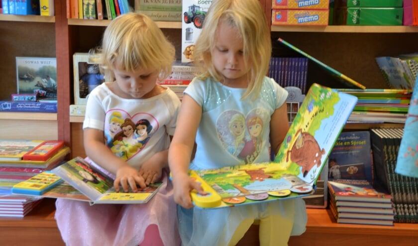 Deze twee jonge kinderen halen het hart op aan prentenboeken lezen.
