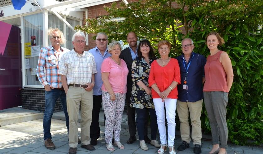 Vertegenwoordigers van organisaties bijeen voor buurthuis 't Weike.
