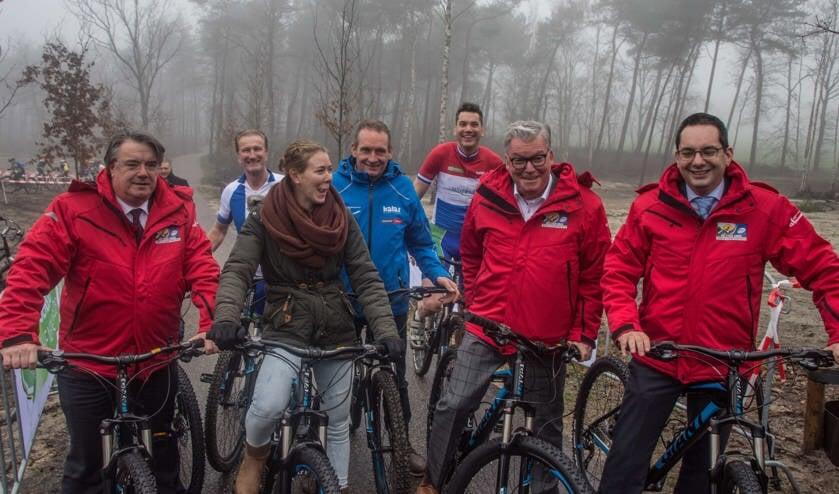 Commissaris van de Koning, burgemeester en wethouders testen met oud-wereldkampioenen de nieuwe wielerbaan.