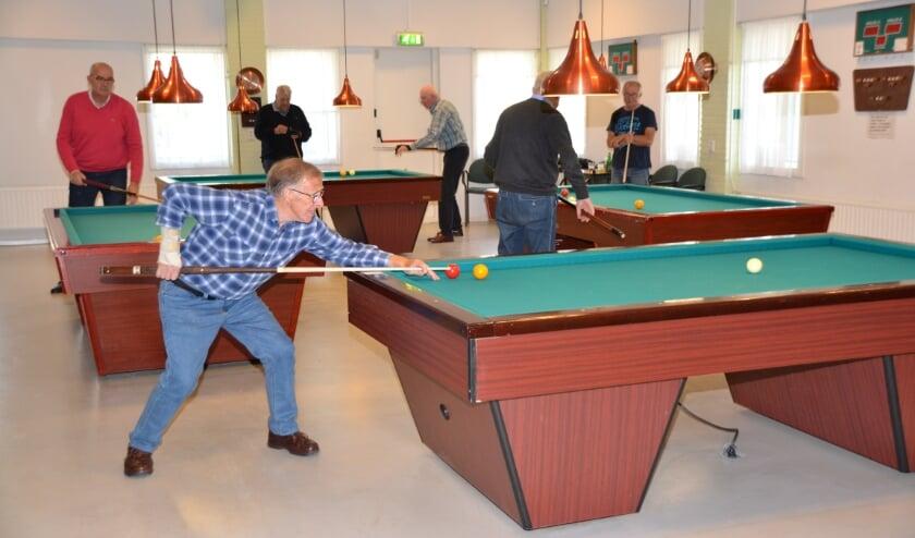 Biljarten in ontmoetingscentrum de Wittenhorst waar vier tafels staan.