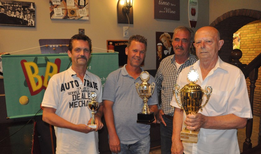Bij de afsluiting van het biljartcompetitie driebanden werdteam 't Klavertje uit Hoogerheide algemeen kampioen.