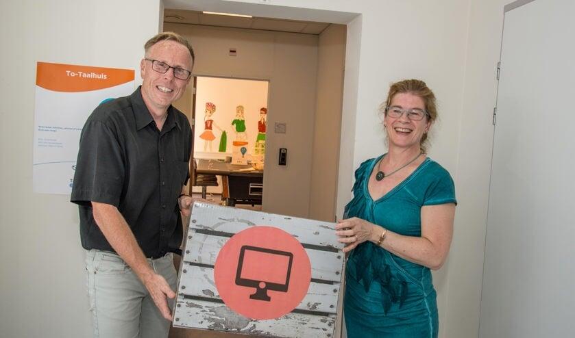 Wethouder Lars van der Beek en taalcoördinator Monique Swagemakers twee jaar geleden bij de opening van het To-Taalhuis.