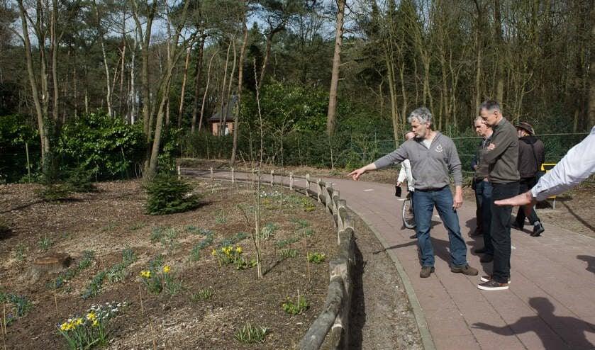 Peter Blommerde geeft uitleg over beplanting.
