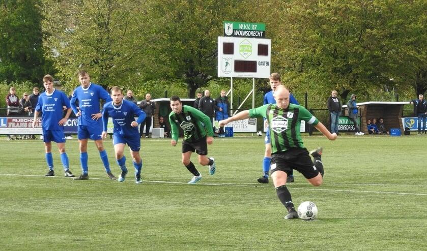 Robin Schipperijn (WVV'67) legt aan voor 3-0.