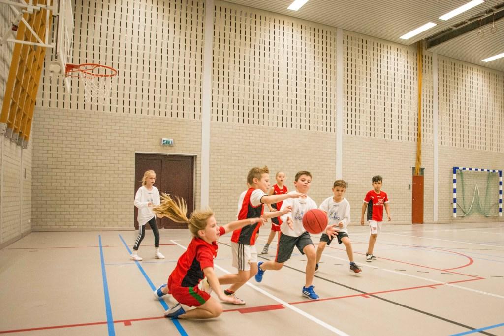 Het schoolbasketbaltoernooi liet een harde, maar faire strijd zien.  © Minerve Pers