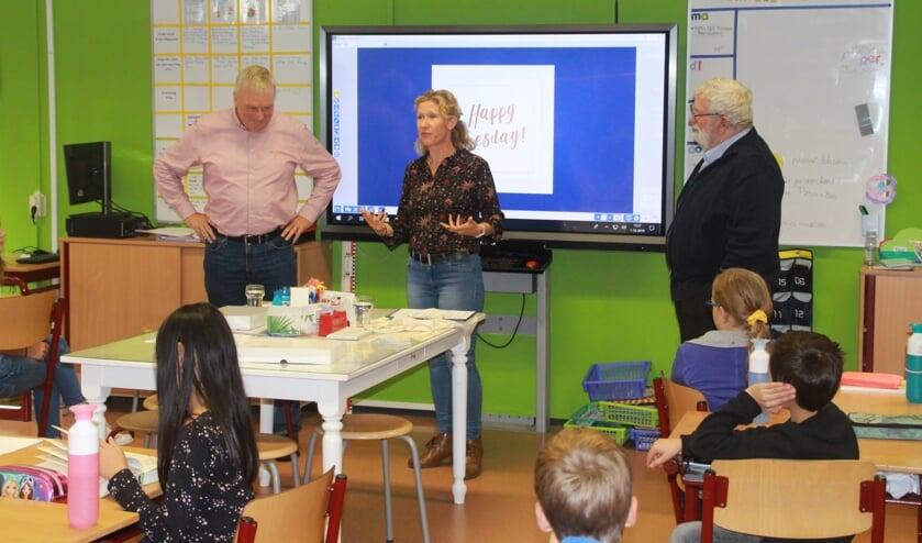 Presentatie van de lesbrief over de tweede Wereldoorlog op basisschool De Springplank. (Foto: Janus van der Zande).