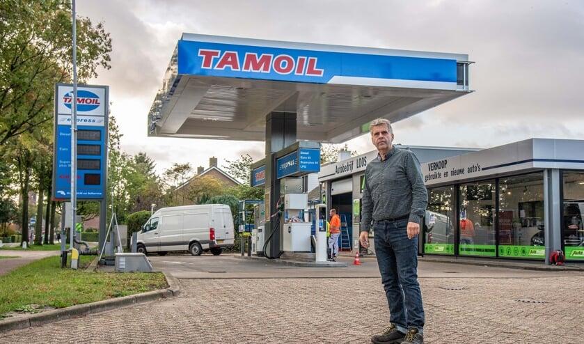 Peter Loos voor het tankstation aan de Bergsebaan waar daags voor de heropening nog aan werd gewerkt.
