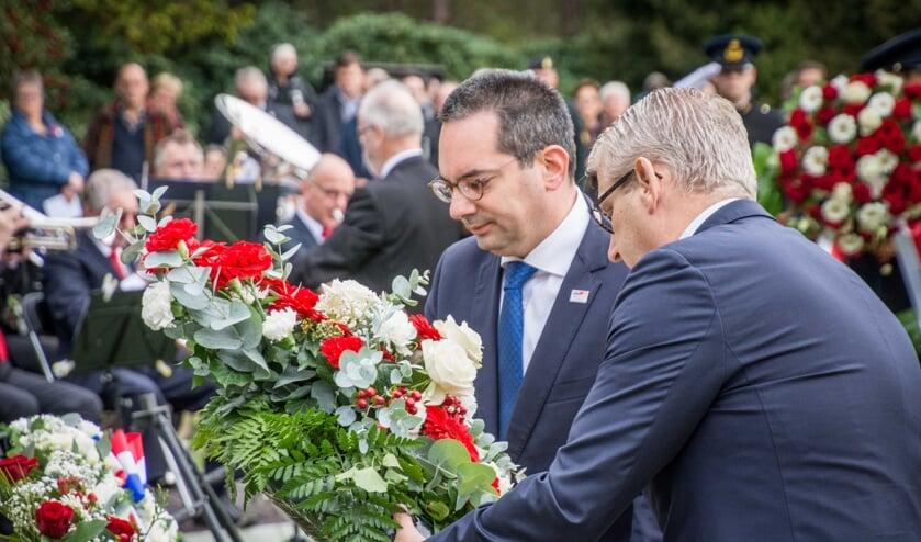 Burgemeester Adriaansen en zijn Steenbergse collega Van den Belt leggen een krans.