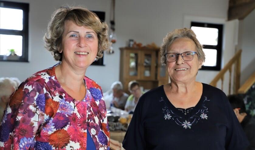 Ria Bakx en Nelly Nefs van het bestuur van de Zonnebloem afdeling Halsteren.