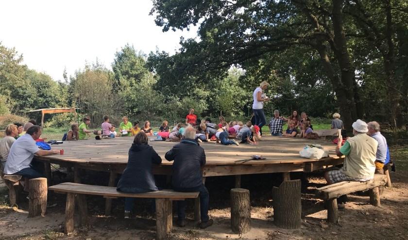 De grote picknicktafel in het Klauterwoud bij de Kraaijenberg