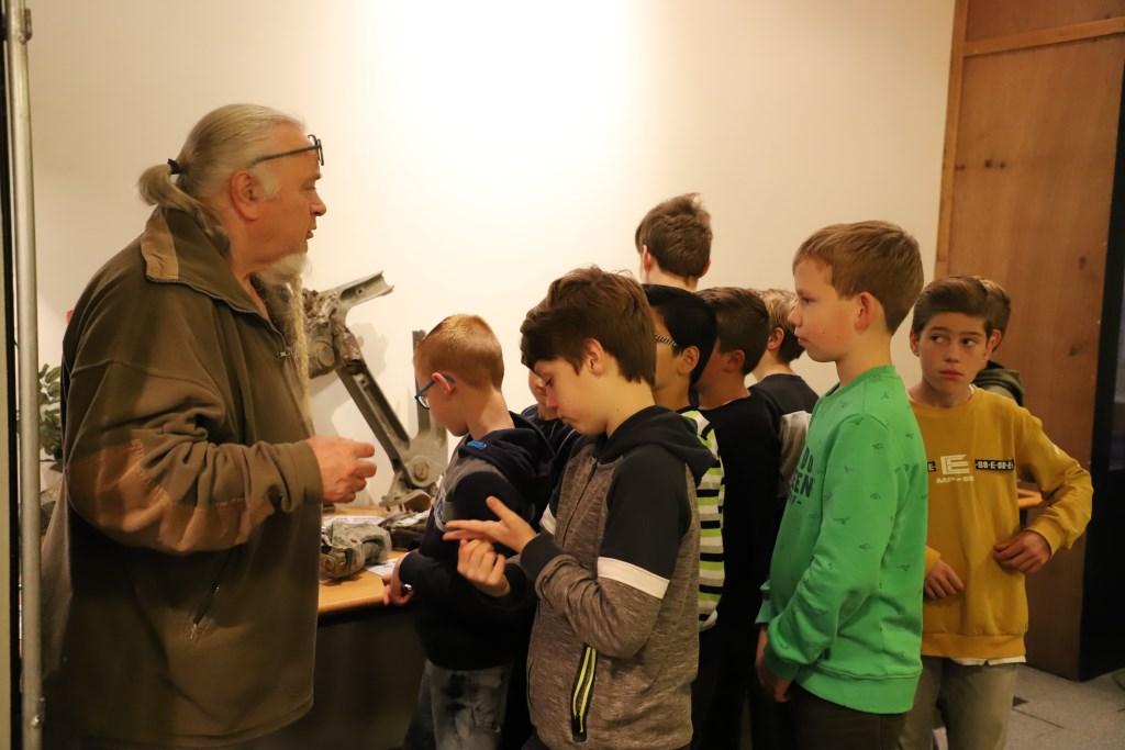 Schoolkinderen bekijken aandachtig de tentoonstelling over de Tweede Wereldoorlog die is opgezet bij heemkundekring Halchterth in de Hof van Ram.   © Minerve Pers