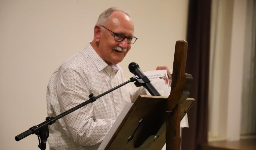 <p>Jan Luysterburg tijdens een van de dialectavonden in de regio.</p>