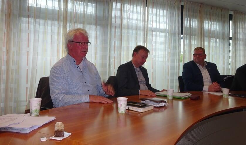 Cees Doeser (Arriva), Frans Gommers (Provincie) en Patrick van der Velden (wethouder) onlangs bij een overleg over de busdiensten. Die waren intussen aangepast en rijden vanwege corona momenteel minder.