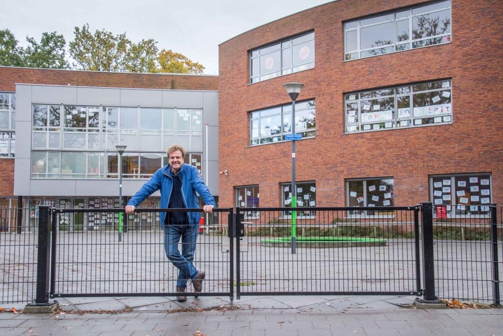 Directeur Ab de Laater op het lege schoolplein tijdens de lerarenstaking.  © Minerve Pers